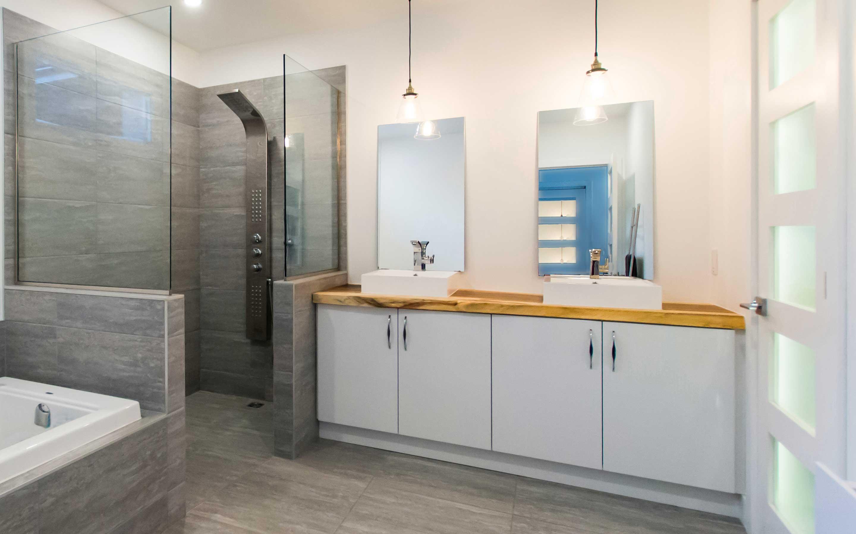 Modergo - projet d'armoires et comptoir de salle de bains